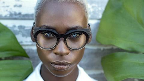 Model Jalicia Naightingale mit Brille von Peoples from Barbados