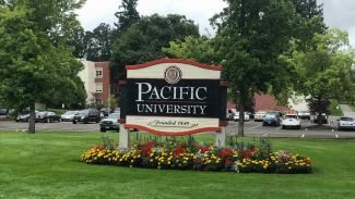 Eingangsschild Campus Pacific University Forest Grove Oregon